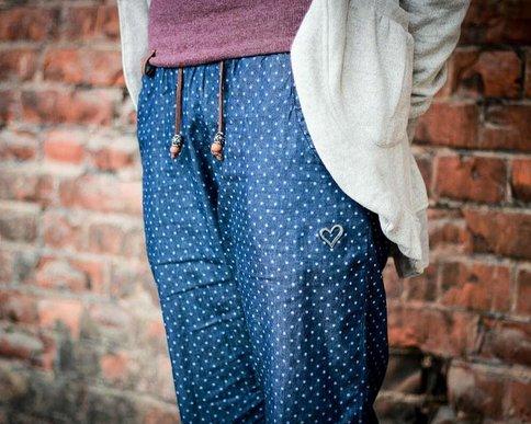 Legere Hose in Blau mit süßen Pünktchen von Alife & Kickin.