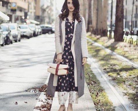 Alysi Hose und Kleid im Blumenprint mit Trenchcoat und Schal im Lagen Look kombiniert