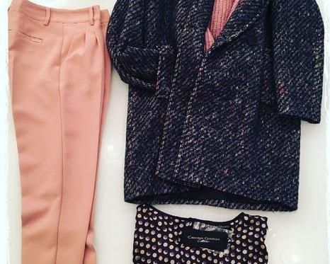 Casual Mantel zum Pullover und Chinohose von Cristina Gavioli