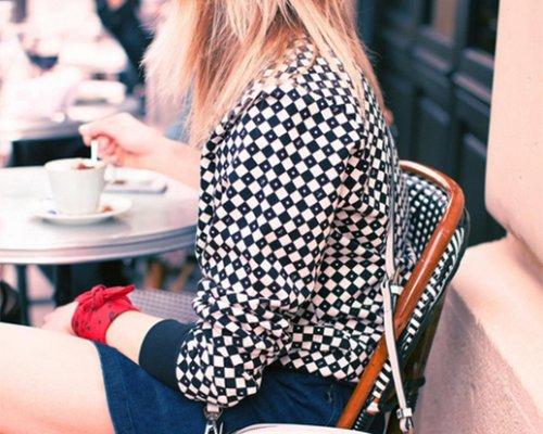 Cup Sweater und Patti Handtasche von Agnes B.