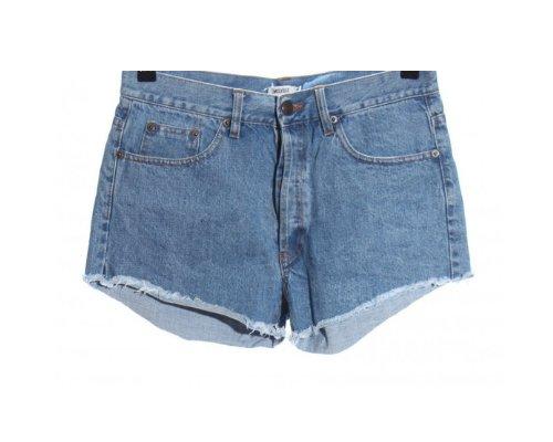 Der Brandy Melville Style mixt Basics mit coolen Hinguckern, wie hier der  Jeansshorts (Quelle PR)