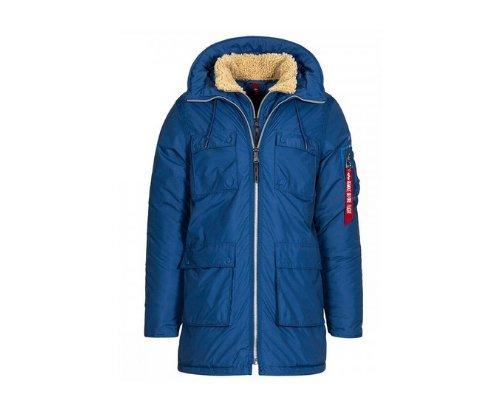 Dunkelblaue Feldjacke mit weißen Strickpullover, dazu die Shorts mit blau-rotem Printmuster.
