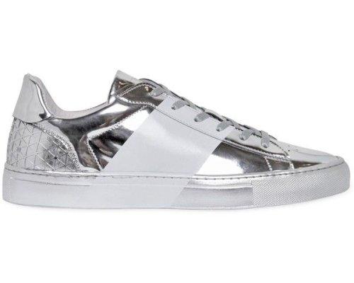 Futuristische, silberne Sneaker die überall als Hingucker dienen