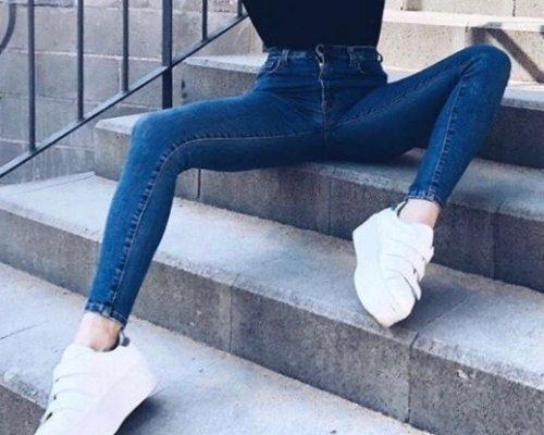 Helle Cambio Parla Jeans mit weißen Sneakern