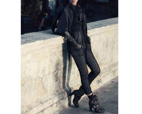 High-Waist-Jeans, Lederjacke, Ankle-Boots mit Plateau, Pullover aus Baumwolle mit transparentem Seidenschal von We are Replay.