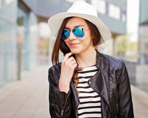 Lederjacke, T-Shirt, Hut und eine blaue verspiegelte Ray Ban Aviator Sonnenbrille
