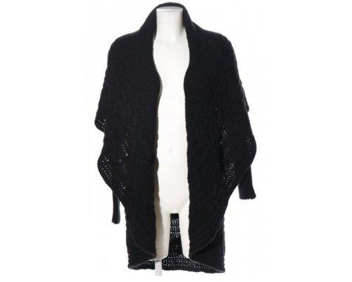 Madonna Outfit in Lederhosen und Strickjacke.