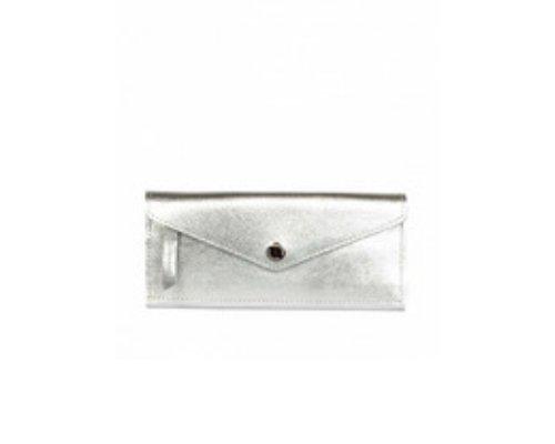 Metallic Look on Fleek, mit dem silbernen Portemonnaie von Bimba y Lola