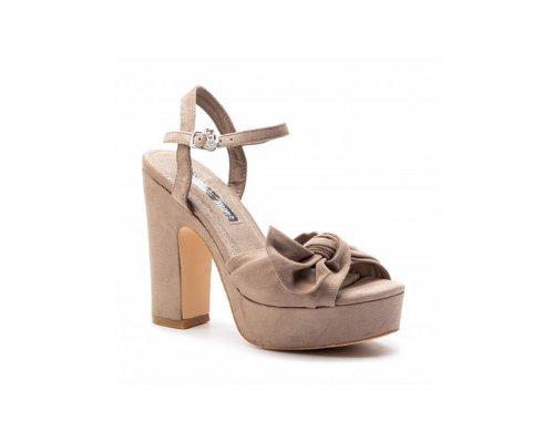 Nude Sandalen mit Plattform und einem dicken Absatz, das Bein wird optisch gestreckt, der Tragekomfort bleibt