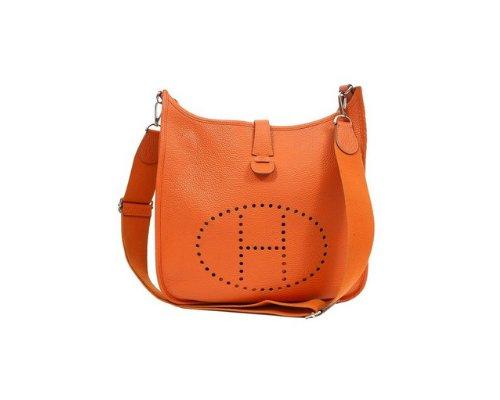 Orangene Hermés Evelyne Handtasche mit Seidentuch gestylt