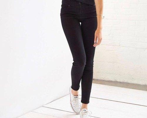Schwarze Cambio Parla Jeans mit weißen Converse Sneakern