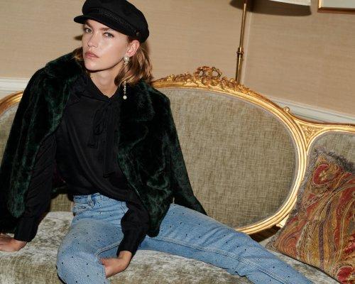 Smaragd-grüne Felljacke, Shirt, Hut & Jeans von SET Urban Deluxe
