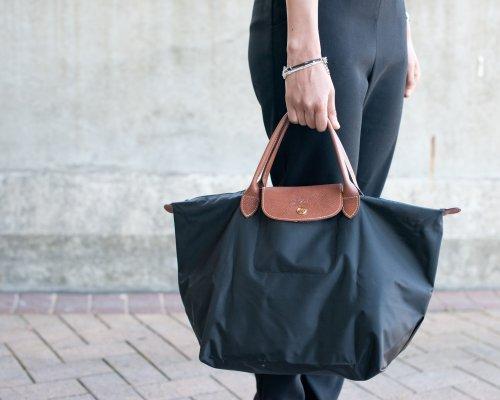 Schwarze Longchamp Le Pliage Tasche mit braunen Henkeln