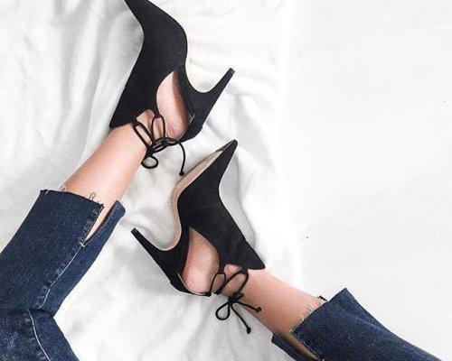 Schwarze Lorraine Ankle Lace Booties mit seitlichen Cut-Outs und die Röhrenjeans des Luxuslabels Derek Lam.