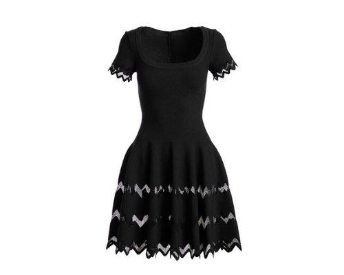 Schwarze Minikleid mit filigraner Linienführung und ausgestelltem Rock mit Transparenz-Details von Alaïa.