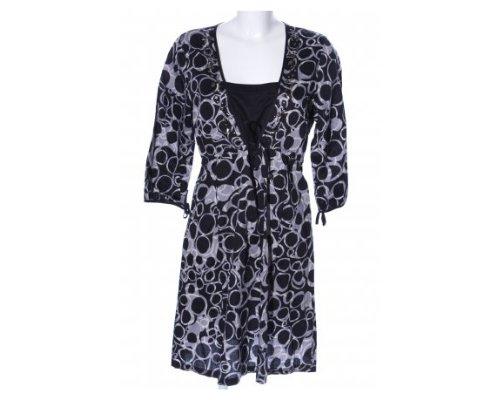 Süßes Sommerkleid mit auffälliger Musterung in schwarz-weiß.