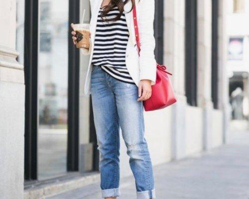 Weißer Longblazer, Longsleeve in maritimen schwarz-weiß Design, rote Umhängetasche und die Boyfriendjeans des Labels Vivance.
