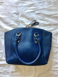Blaue mittelgroße Handtasche mit goldener Hardware
