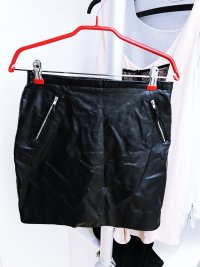 Schwarzer Lederrock mit Reißverschlüssen von H&M
