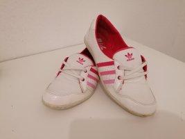 Adidas Bailarinas de charol con tacón blanco
