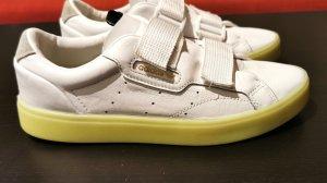 Adidas Sleek in weiß mit gelber Sohle
