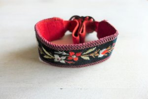 Alt antik vintage Tracht Armband Stoff Stickerei schwarz rot silber Blume