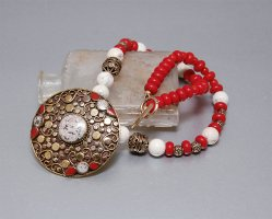 Amulet Halskette, orientalischer Stil, verzierter Anhänger, rot und weiß