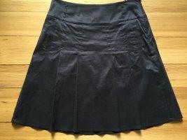 Anthrazitfarbener Faltenrock aus leichtem, glänzendem Stoff