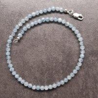 Collier de perles blanc-bleu pâle