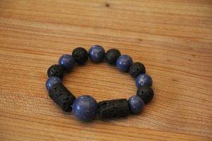 Armband aus schwarzem Vulkangestein mit blauen Perlen