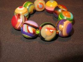 Armband mit farbenfrohen elementen