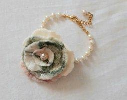 Armband mit handgefilzter Blüte