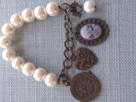 Armband mit Perlen und schönen Anhängern