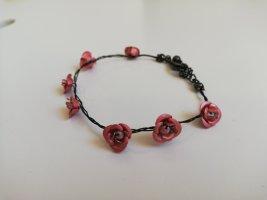 Armband mit Rosen verziert