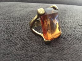 Auffälliger Ring mit Stein