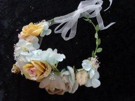 Aufwendiger Blütenkranz, apricot, weiß, hellblau, hellgrau