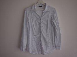 blau-gepunktete weiße Bluse