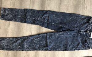 Blau/weiß gemusterte Jeans