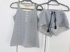 Blau weiß gestreifter, kurzer Schlafanzug