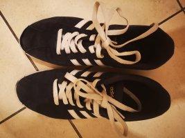 Blaue Adidas Sneakers