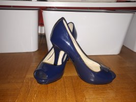 blaue Lackschuhe