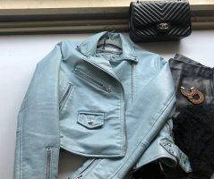 Blaue Lederjacke mit Gürtel
