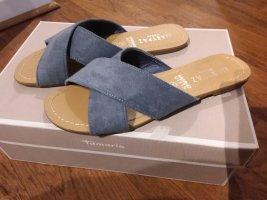 Blaue Sandalen überkreuzt