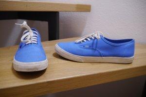 Blaue Stoff-Vans