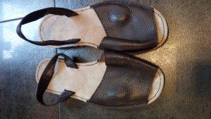 Sandalias de tacón de tiras marrón oscuro