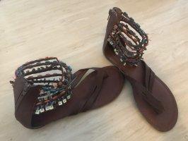 Braune Sandaletten mit bunten Steinchen von Graceland