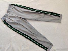 Bundfaltenhose mit grünem Streifen
