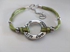 Carpe Diem Armband seidenweich, mit kleinen silbernen Perlen