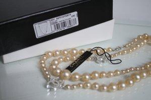 Chanel Perlenkette Collier mit CC Logo Full Set wie neu Creme Farbe Box Etikett