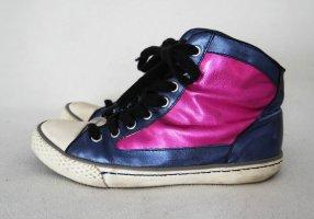 Coole Leder Sneaker in metallic blau und pink von Kurt Geiger